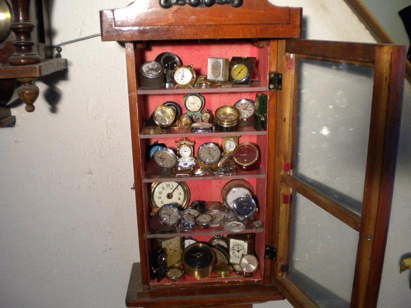 ancienne caisse de pendule transformée en vitrine
